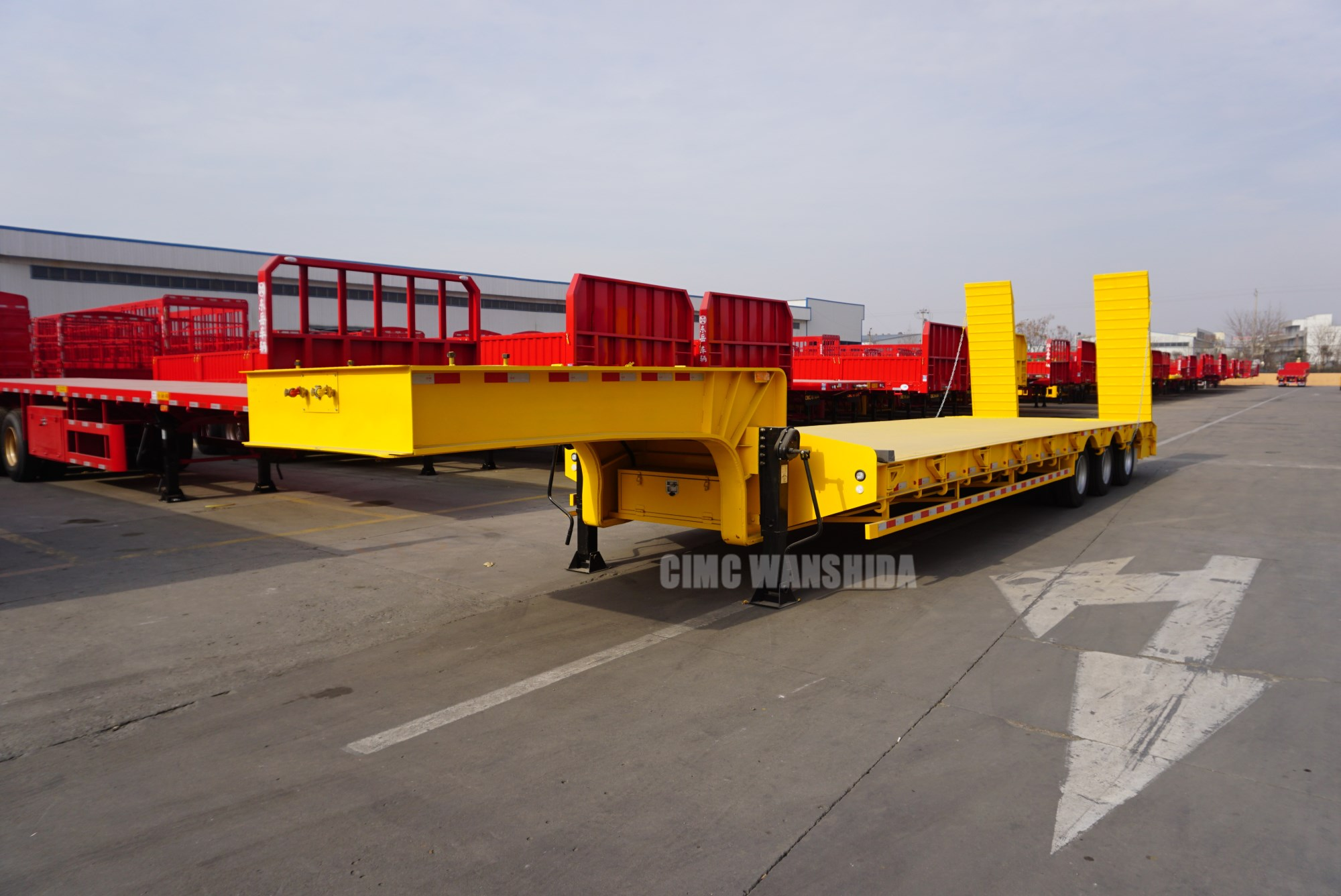 tri-axle lowbed trailer with hydraulic loading ramps